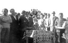 Uroczyste wmurowanie kamienia węgielnego pod budowę Ośrodka Zdrowia. Szynkielów, 26.08.1973 r. Zdjęcie ze zbiorów Franciszka Urbaniaka